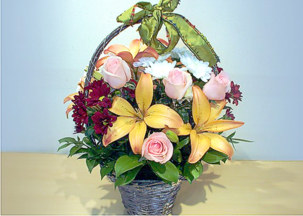 Flower basket with yellow lilies, chrisanthemums, pink roses - Warm feelings