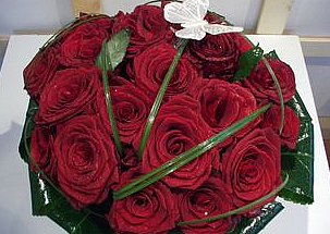 25 red roses with butterfly